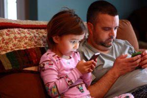 Resultado de imagem para pais e filhos celular