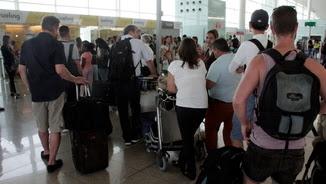 Passatgers de Vueling afectats per la vaga fent cua aquest dimarts als taulells de reclamacions (ACN)