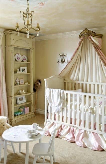 Lustre et lit à baldaquin pour une chambre bébé fille vintage