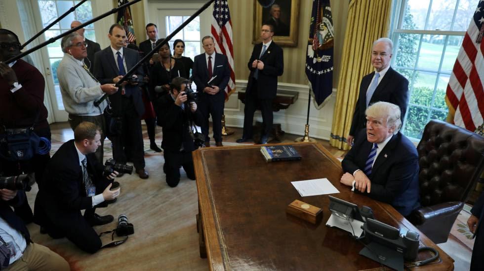 Donald Trump ante un grupo de periodistas en el Despacho Oval.rn
