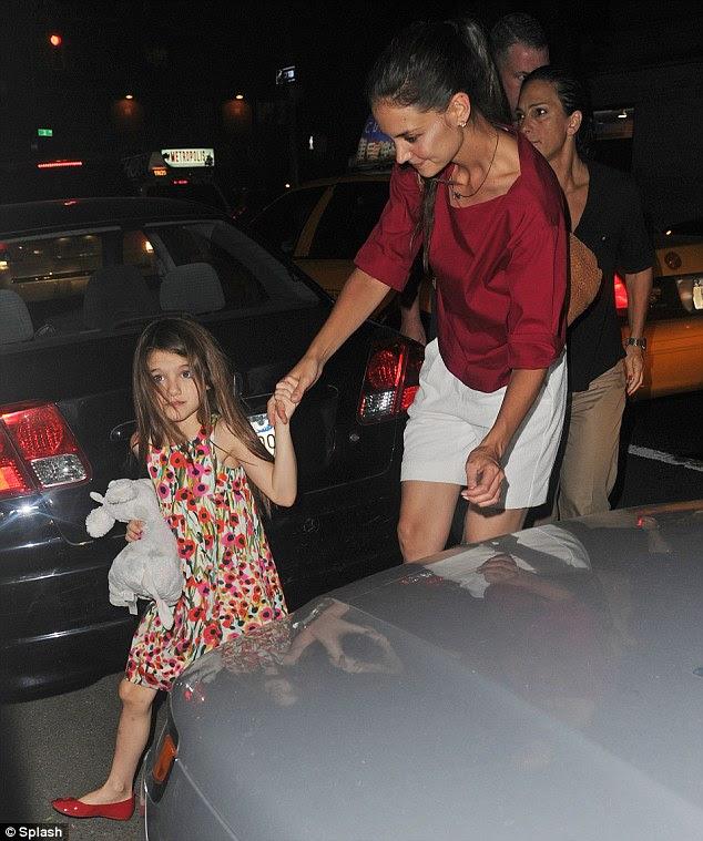 Suri ortaya çıkıyor: annesi onun boşanma babası Tom Cruise olduğunu açıkladı beri Küçük Suri geçtiğimiz Cuma günü bu akşam ilk kez görüldü