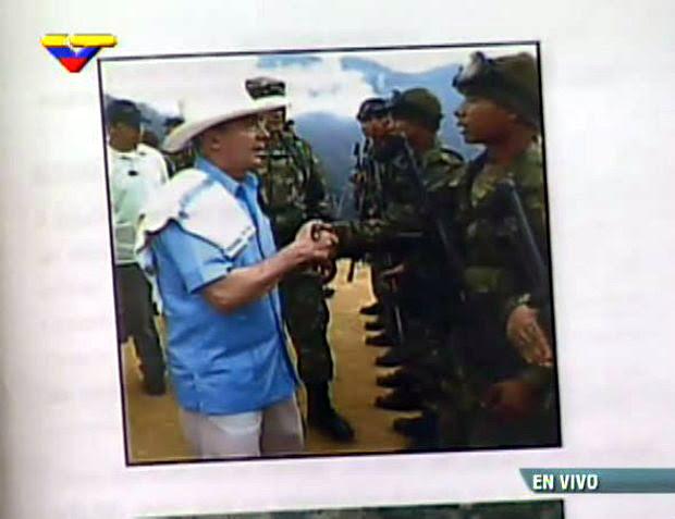 Luis Enrique García González saludando a Uribe cuando estaba en el ejército. Luego se hizo paraco