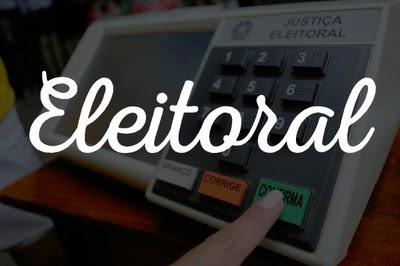 Arte retangular sobre foto de uma pessoa confirmando o voto na urna eletrônica. está escrito eleitoral ao centro, na cor branca.