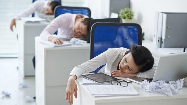 Funcionários dormem nas mesas de trabalho