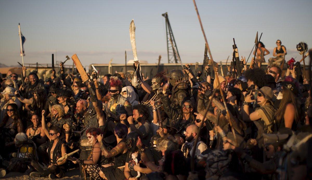 """Fãs de """"Mad Max"""" constroem seu próprio mundo pós-apocalíptico no meio do deserto 18"""