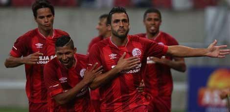 Ronaldo Alves (D) foi quem abriu o placar para o Náutico  / Alexandre Gondim/JC Imagem
