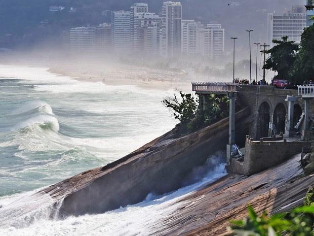 Equipes de resgate trabalham no local onde um trecho da ciclovia Tim Maia desabou em São Conrado, na zona sul do Rio de Janeiro. Pelo menos duas pessoas morreram e uma ficou ferida. A obra custou cerca de R$44 milhões e foi entregue em janeiro (Foto: Fábio Motta/Estadão Conteúdo)