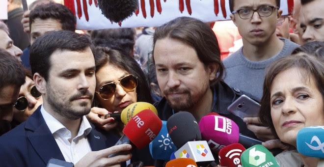 El secretario general de Podemos, Pablo Iglesias, en declaraciones a los medios al inicio de la manifestación convocada por los sindictatos UGT y CCOO con motivo del Primero de Mayo. EFE/Paco Campos