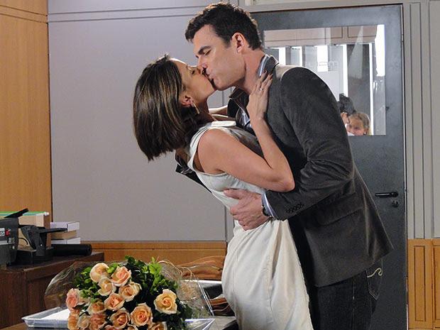 Juan surpreende Letícia com um buquê de rosas (Foto: Fina Estampa / TV Globo)