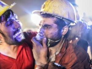 Sobrevivente de explosão em mina na Turquia é recebido com emoção por colega de trabalho.  (Foto: Bulent Kilic/AFP)