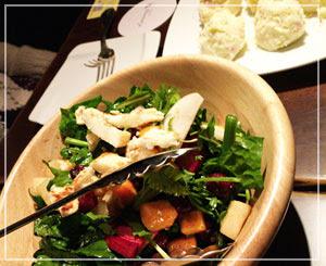 「ネマニャ忘年会」にて、「ハルミチーズの地中海風サラダ」とポテトサラダ。