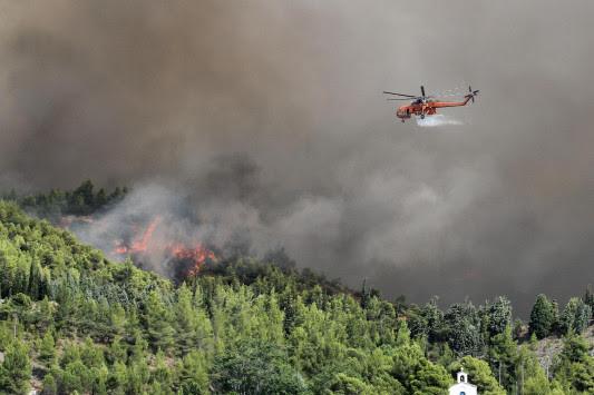 Φωτιά στην Εύβοια – Συναγερμός για εκκένωση της Λίμνης αν αλλάξει ο άνεμος – Μαίνεται το μέτωπο