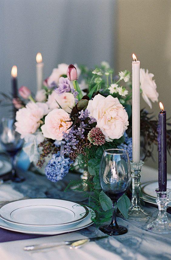 moody ' tablescape in lila und indog Schattierungen mit einem Zusatz von Pastell Blüten