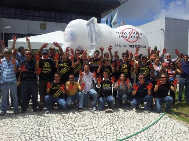 Policiais protestam em frente à sede da PF em Natal (Foto: Antônio Coleho/Inter TV Cabugi)