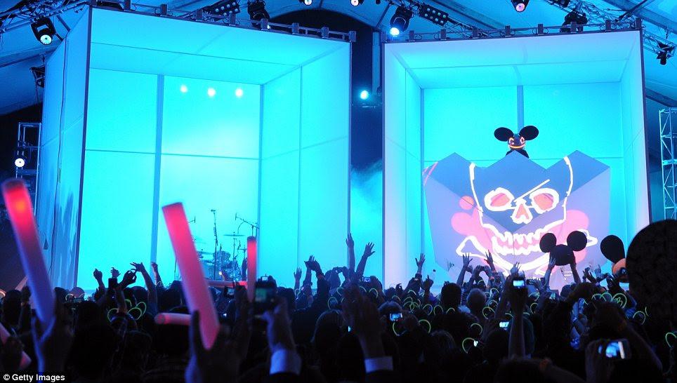 Fãs animado: Deadmau5 entrou no palco cercada pelo azul, enquanto os fãs balançaram suas mãos no ar para a música