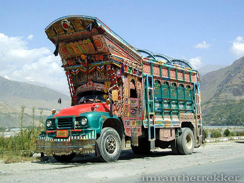 Arte dos coloridos caminhões paquistaneses 21