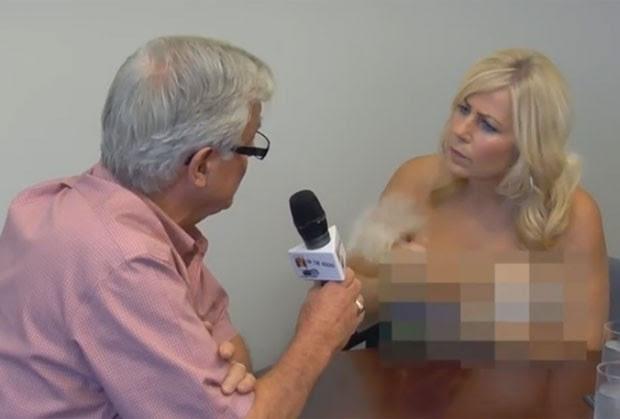 Walter Gray chegou a segurar o microfone enquanto Lori tirava a blusa (Foto: Reprodução/YouTube/lolaandliza)
