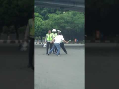 Woow! Kepala Polisi Nyaris Celaka Dihantam Supir Taksi dengan Kunci Roda, tonton videonya.