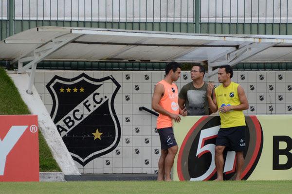 Sem poder contar com Júnior Timbó, de laranja, o técnico Roberto Fernandes ainda espera por Gilmar, de amarelo, e Giovanni