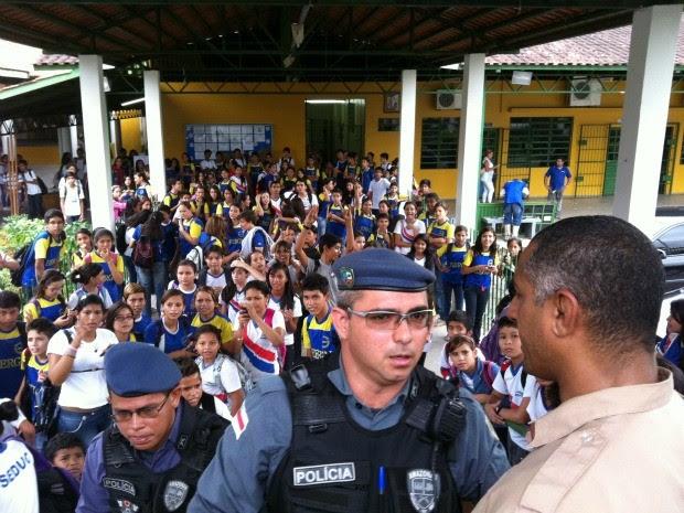 Alunos ocupam pátio da Escola Estadual Raimundo Gomes Nogueira após suspensão de aulas (Foto: Camila Henriques/G1 AM)