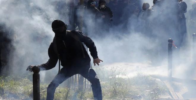 Jóvenes lanzan piedras a la policía durante la manifestación contra de la propuesta de la legislación laboral francesa durante la marcha del Primero de Mayo.-REUTERS / Philippe Wojazer