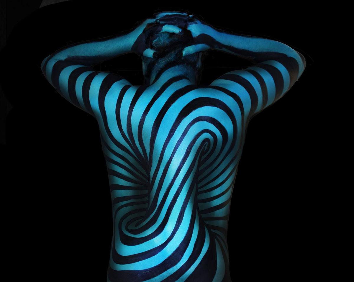 Artista transforma corpos humanos em incompreensíveis ilusões de óptica 01