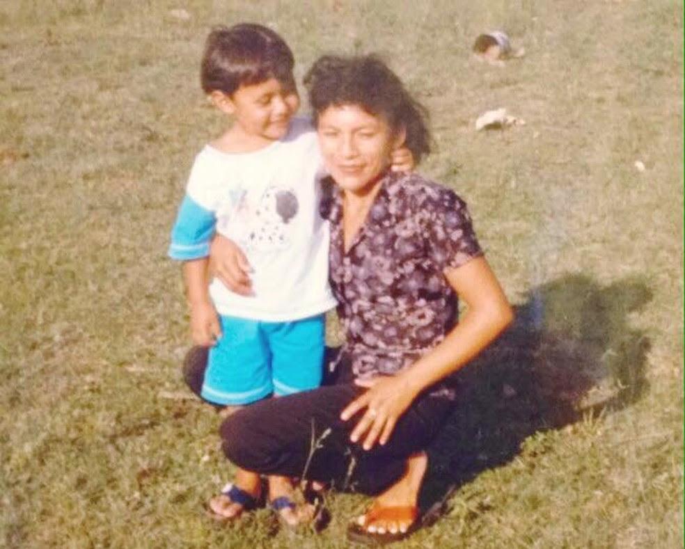 Igor e a mãe, Gerocina Pereira, em Uiramutã, nos anos 1990. (Foto: Arquivo pessoal)