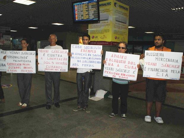Yoani Sanchéz; bahia; manifestação aeroporto de salvador (Foto: Egi Santana / G1)