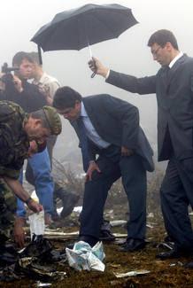 El entonces ministro de Defensa Federico Trillo en el lugar del accidente del Yak 42