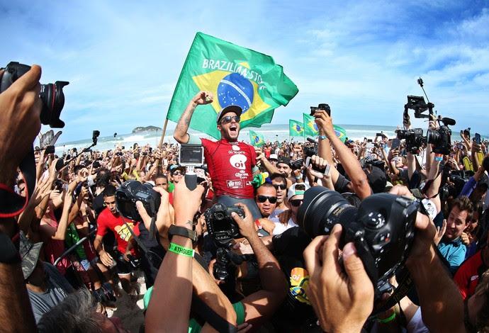 Filipe Toledo é carregado após faturar Rio Pro (Foto: WSL / Cestari)
