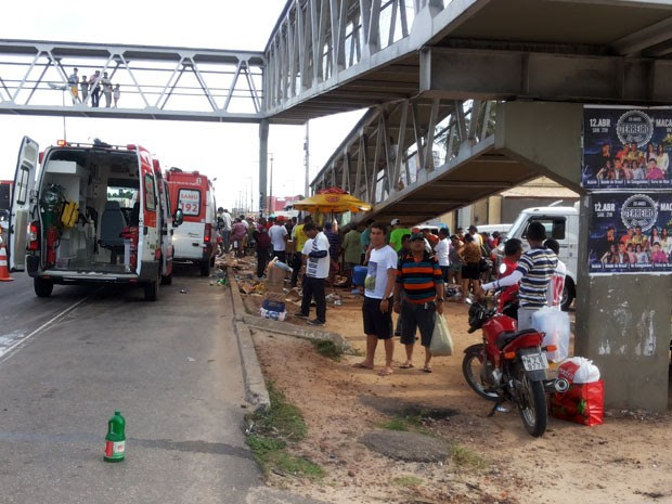 Vítimas aguardavam ônibus quando foram atropeladas por caminhonete (Foto: Antônio Eugênio Moita/G1)