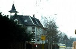 Villa op de hoek en bushalte