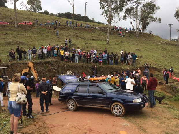 Carro cai em lagoa em Natividade da Serra (Foto: Pedro Melo/TV Vanguarda)