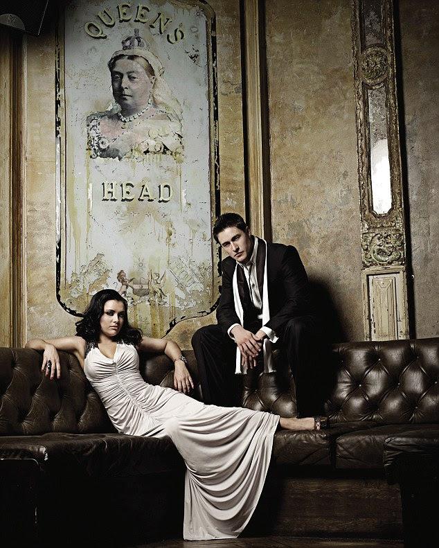 Luzes, câmera, glamour!  McGarty, esquerda e Disciplina, bem lounge, em um pub muito elegante - Chefe da Rainha
