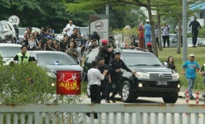 媒体与支持者追逐安华的车队。