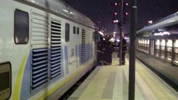 Bomberos. Trabajaron en la locomotora que sufrió el incidente y provocó demoras.