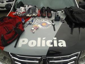 Objetos ainda estavam com os suspeitos no momento do flagrante (Foto: Divulgação/ Polícia Militar)