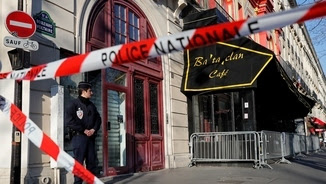 Un policia davant de la sala Bataclan, el mes de març passat (Reuters)