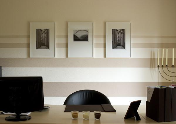 modernes Wohnzimmer Wandgestaltung mit grau weißen Wandeinfassungsstreifen