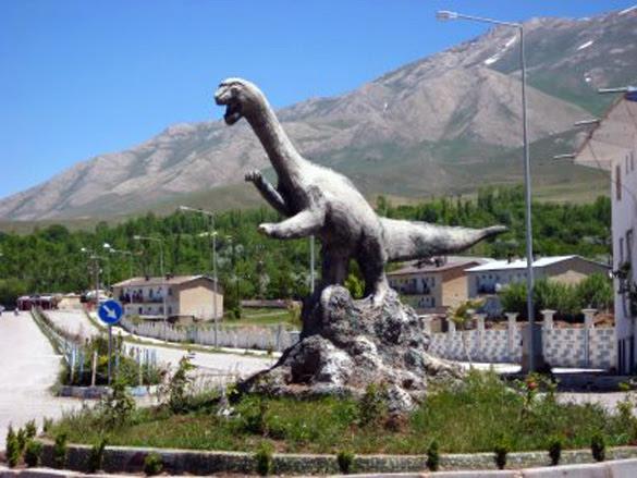 Van Lake Monster statue in the town of Van, Turkey. (Credit: http://roberthood.net)