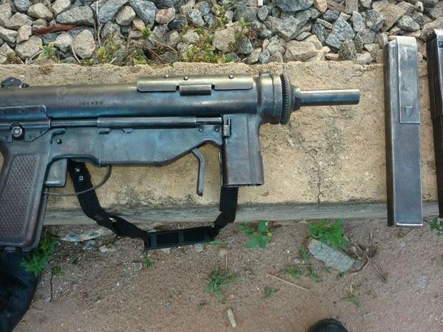 Armas foram abandonadas durante perseguição policial (Foto: Polícia Militar/Divulgação)