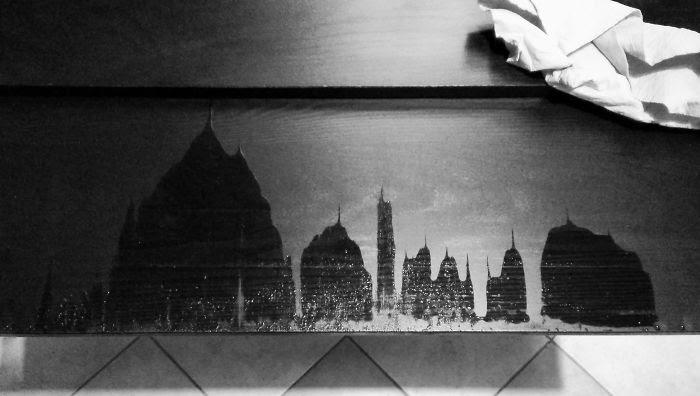 Se me cayó algo de agua en la mesa y al extenderla para secarlo vi un paisaje de ciudad con templos y pináculos