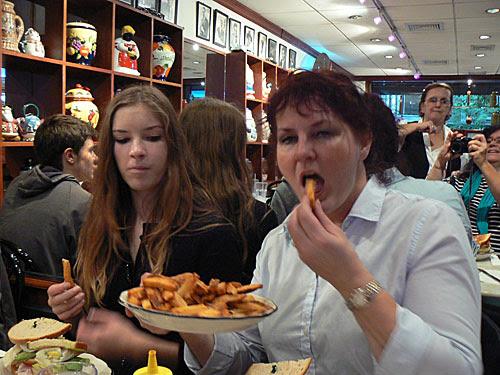 anne et Christine + dame du restaurant.jpg