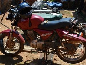Moto foi achada a cerca de 30 metros do corpo da vítima (Foto: Magda Oliveira/ G1)