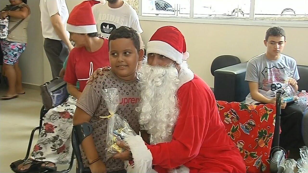 Resultado de imagem para Papai Noel amputado emociona centro de reabilitação em Marília