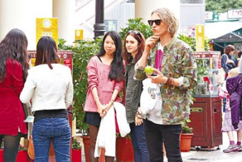 Curiosidad: Jamie Campbell Bower y Lily Collins out and about en Hong Kong (15/12/12)