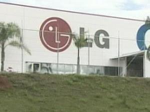 Quadrilha rende motorista e rouba carga de R$ 1,3 milhão da LG na Dutra (Foto: Reprodução/TV Vanguarda)