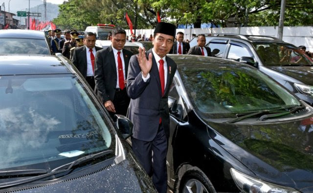 President Forced to Leave His Car and Trek 3Km to Important State Function (Photos+Video)