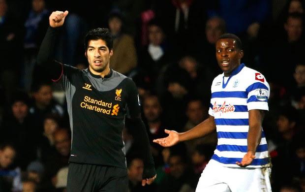 Luis Suarez comemora gol do Liverpool sobre o QPR (Foto: Reuters)