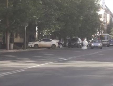 Escaped robot holds up traffic in Russia
